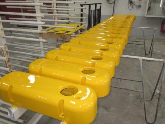 gele meubel kappen spuiten door Bart Dijkhof